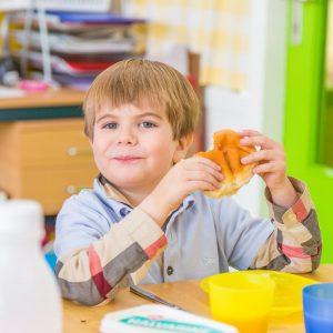 Kinderen eten bij BSO Tov Waddinxveen