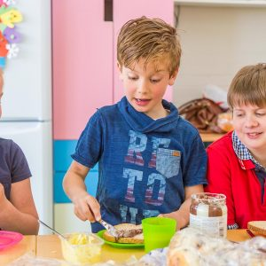 Kinderen bij BSO Tov Waddinxveen smeren boterhammen