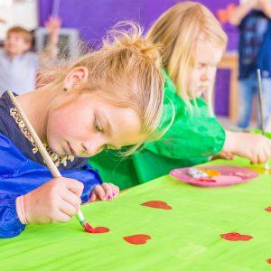 Kinderen doen DoenKids activiteiten bij BSO Tov Waddinxveen