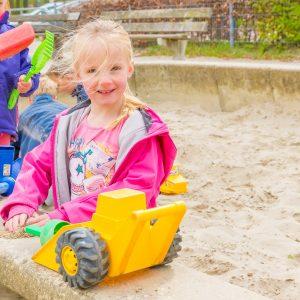 Kinderen bij BSO Joy Houten spelen buiten in de zandbak