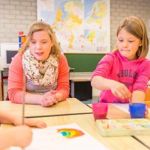 Kinderen bij BSO Joy Houten schilderen
