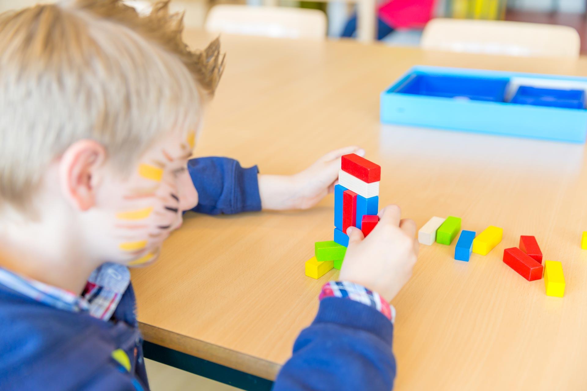 Kinderen in BSO Lev Utrecht spelen met blokken