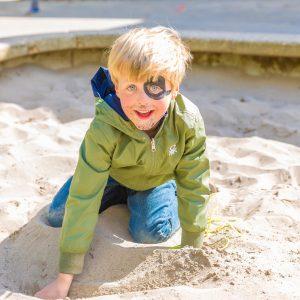 Kinderen bij BSO Lev Utrecht spelen buiten en worden geschminkt