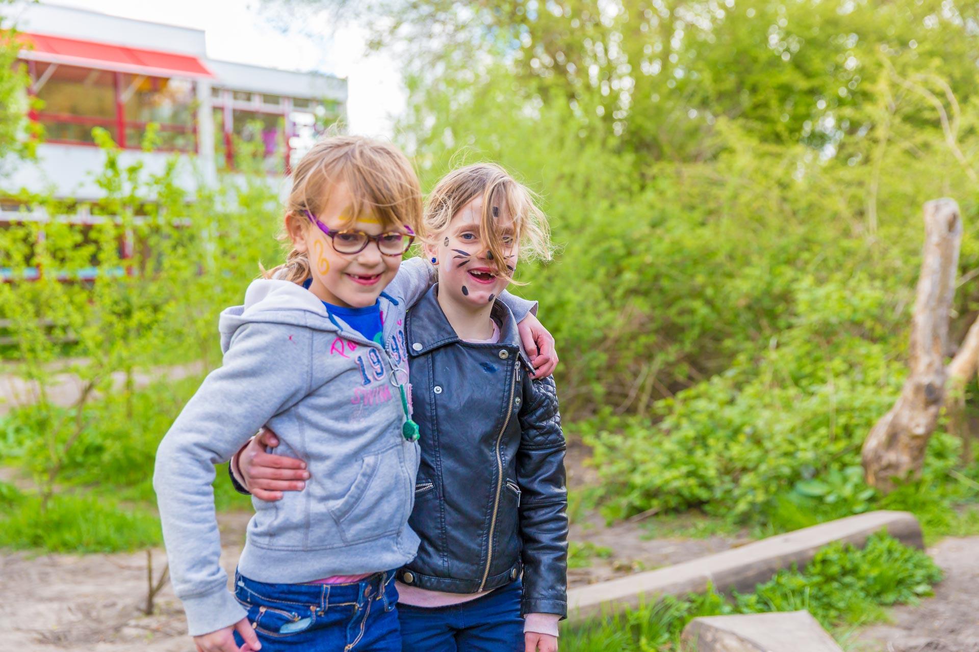 Kinderen in BSO Lev Utrecht spelen buiten