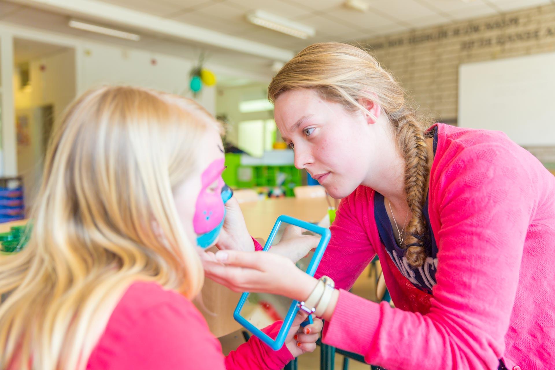 Kinderen in BSO Lev Utrecht worden geschminkt