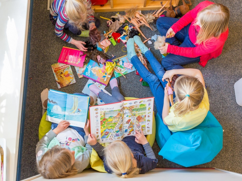 Meisjes in BSO Joy Houten spelen in de poppenhoek